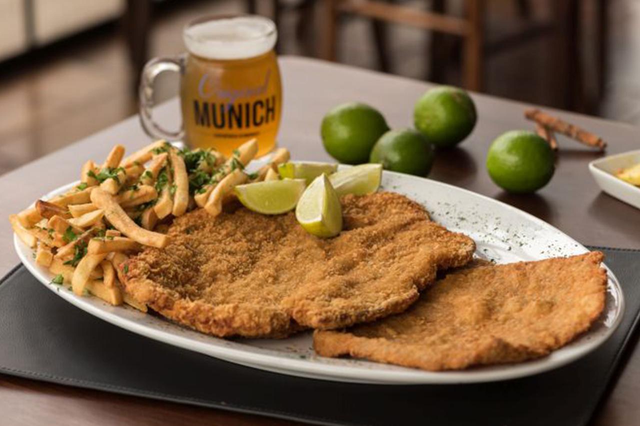 Restaurante alemão de Curitiba dá schnitzel de graça para quem comer todo o prato